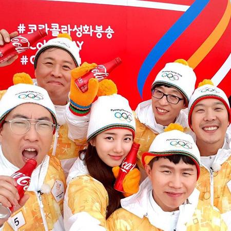 韓国ガールズグループ「Miss A」メンバーのスジが、バラエティ番組「無限挑戦」のレギュラー陣と共に参加した平昌五輪の聖火リレーの様子を公開した。(提供:OSEN)