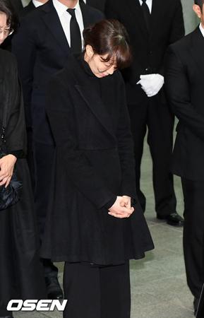 故キム・ジュヒョク(享年45)の恋人で女優のイ・ユヨン(27)が故人の最期を見送った。