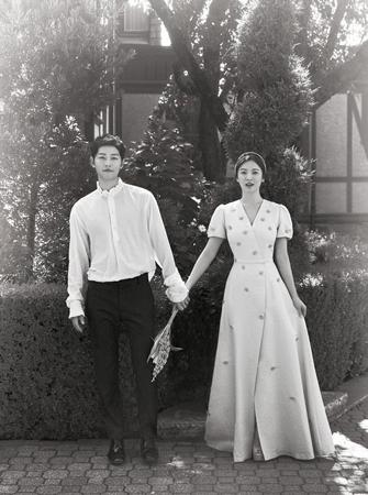 韓国俳優ソン・ジュンギ(32)-ソン・ヘギョ(35)夫妻が本日(2日)、ハネムーンに発った。(提供:OSEN)