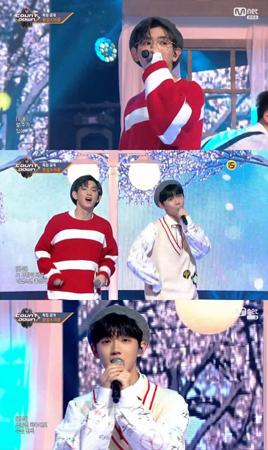 韓国Mnetの「プロデュース101(PRODUCE 101)シーズン2」に出演していたアン・ヒョンソプとイ・ウィウンが、音楽番組のデビューを飾った。(提供:OSEN)