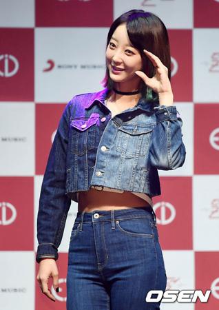 韓国ガールズグループ「EXID」メンバーのヘリンが、休養中のため共に活動できないソルジについて残念な気持ちを伝えた。(提供:OSEN)