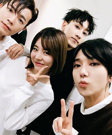 人気アイドルグループ「SUPER JUNIOR」のイェソンが、ウニョク、ドンヘと「少女時代」サニーとの仲のいい写真を公開した。(写真提供:OSEN)