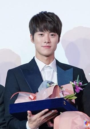 韓国俳優コンミョン(5urprise)が、韓流スターであることを立証した。(提供:OSEN)