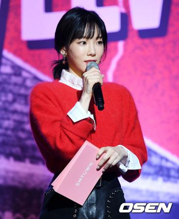 韓国ガールズグループ「少女時代」のメンバー、テヨン(28)が事務所の後輩グループ「Red Velvet」のカムバックショーケースでMCを担った。