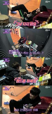 """韓国ボーイズグループ「Wanna One」メンバーのキム・ジェファンとオン・ソンウが、「フクロウ族」のために""""寝ないで""""子守歌を即席で作った。(提供:OSEN)"""