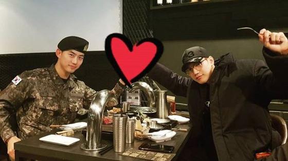 韓国ボーイズグループ「2PM」テギョンが入隊してから初めて外泊をし、メンバーのJun.Kに会った。(提供:OSEN)