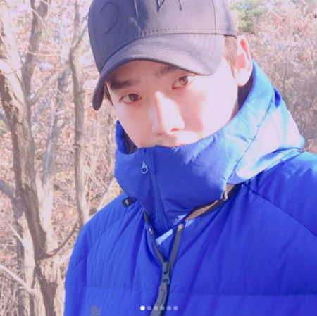 俳優イ・ジョンソクが母親と登山デートを楽しんだ。(提供:OSEN)