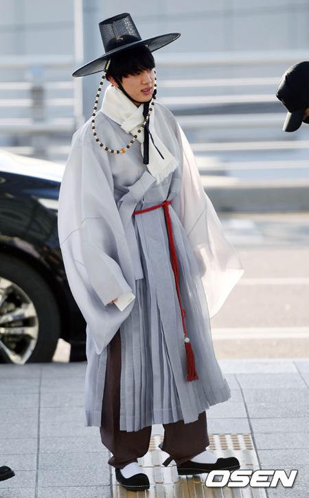 「防弾少年団」JIN、韓国伝統衣装で空港に登場=2017 MAMA出演のため香港へ出国
