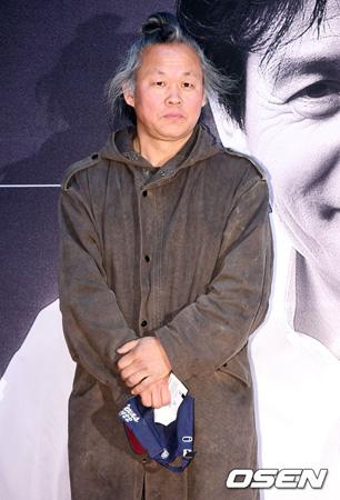 韓国の映画監督キム・ギドク(56)が最近、撮影現場での暴行容疑で検察調査を受けた。しかし、告訴人である女優A氏とは相反する立場を見せている。