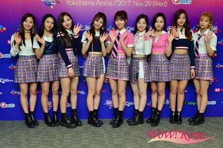 「TWICE」左からジヒョ、チェヨン、ナヨン、サナ、モモ、ダヒョン、ミナ、ツウィ、ジョンヨン