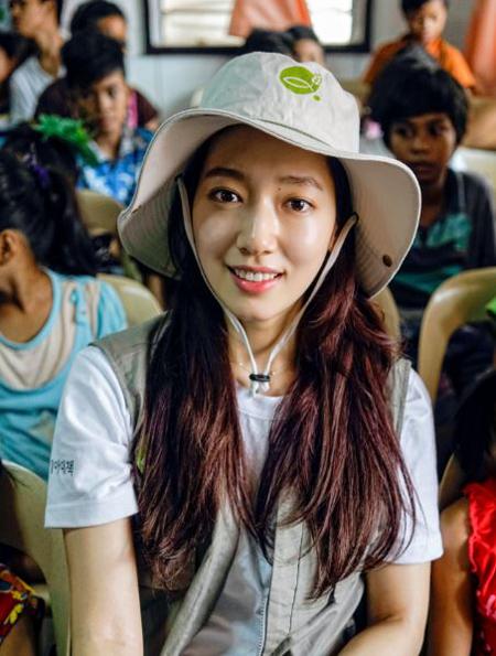 女優パク・シネ、浦項地震の被災者を助ける慈善イベントに参加(提供:OSEN)