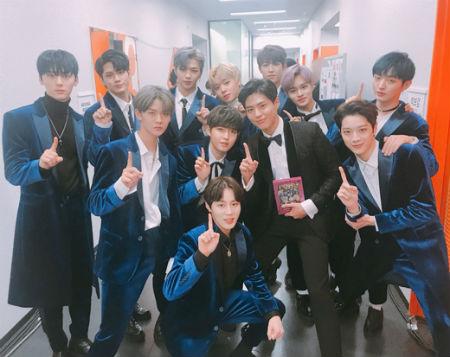 「2017 MAMA in JAPAN」で会った「Wanna One」とパク・ボゴム。(提供:OSEN)