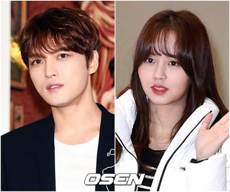 韓国の人気グループ「JYJ」キム・ジェジュン(31)、女優キム・ソヒョン(18)らが大韓民国韓流大賞のトロフィーを手にする。