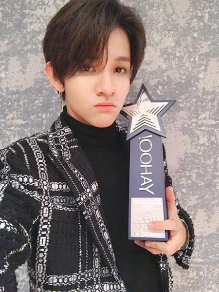 歌手サムエル、香港「2017 Yahoo Asia Buzz Awards」で韓国新人賞を受賞(提供:OSEN)