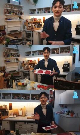 韓国ボーイズグループ「NU'EST W」メンバーのアロンが、料理に挑戦した。(提供:news1)