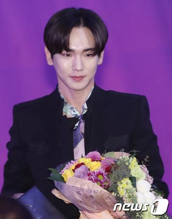 韓国ボーイズグループ「SHINee」メンバーのキーが、「2017グリメ賞」新人演技者賞を受賞した。(提供:news1)