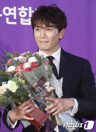 韓国俳優チソン(40)が、「2017グリメ賞」男性最優秀演技者賞を受賞した。(提供:news1)