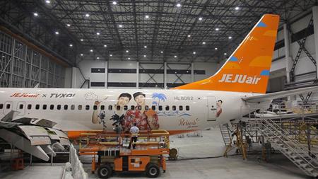 「東方神起」、チェジュ航空飛行機胴体に! CA服装などの写真をラッピングした航空機を主要国際線に投入(オフィシャル)