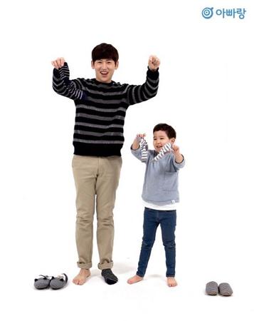 """男性ボーカルグループ「V.O.S」のメンバーで、韓国芸能界を代表する""""子だくさんパパ""""のパク・チホン(39)が、(株)ベイビープラスの健康的な遊びコンテンツプラットホームのモデルになった。(提供:OSEN)"""