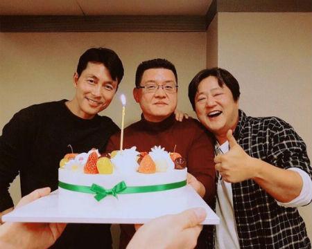 俳優チョン・ウソン、クァク・ドウォン、ヤン・ウソク監督の「鋼鉄の雨」100万突破ショットが公開された。(提供:OSEN)