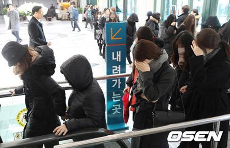 故ジョンヒョン(SHINee)の弔問に訪れたファンが列を成す