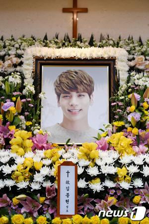 韓国アイドルグループ「SHINee」のメンバーたちが喪主として故ジョンヒョン(享年27)の最後を見守っている。
