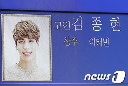 韓国アイドルグループ「SUPER JUNIOR」の活動を中断しているソンミンが18日に死去した人気アイドルグループ「SHINee」ジョンヒョン(享年27)の弔問所を訪れた。
