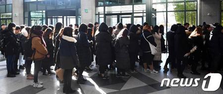 故ジョンヒョン(SHINee)の弔問所設置2日目、朝からファンが長い列 「最後のお別れに…」