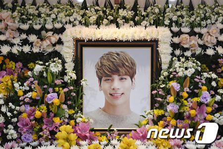 本日(20日)午前、故ジョンヒョン(SHINee)の入棺式終える=SMエンタが発表
