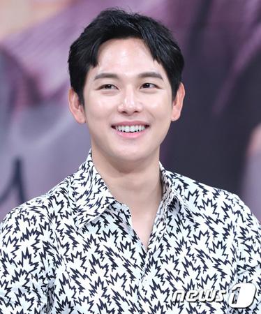 韓国俳優イム・シワン(29、ZE:A)が軍部隊で足首を負傷した。