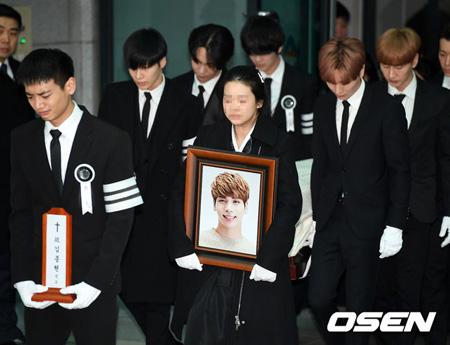 故ジョンヒョン(SHINee)出棺、メンバーや事務所の仲間たちが涙で見送る