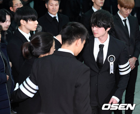 21日午前、ソウル峨山(アサン)病院葬儀場で韓国アイドルグループ「SHINee」故ジョンヒョン(享年27)の出棺式が執り行われた。