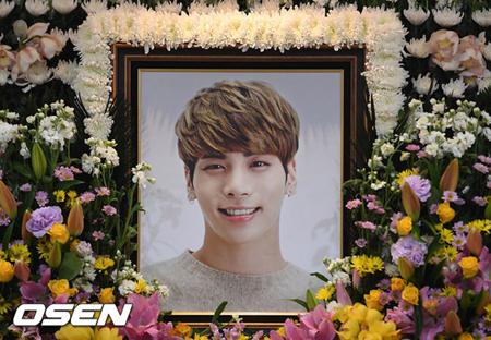 SMエンタテインメントが、急にこの世を去ってしまった「SHINee」メンバーの故ジョンヒョン(享年27)の最後を共に見送ってくれたファンや関係者に感謝の気持ちを伝えた。(提供:OSEN)