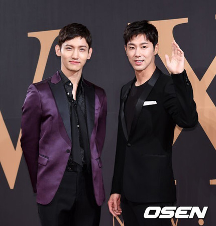 韓国の人気デュオ「東方神起」が日本のコンサートで故ジョンヒョン(SHINee、享年27)の名前を叫び、故人を哀悼した。