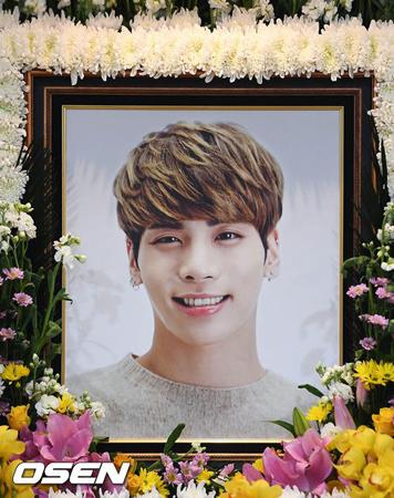 韓国ボーイズグループ「EXO」が、日本でのコンサートで「SHINee」メンバーの故ジョンヒョンを追悼した。(提供:OSEN)