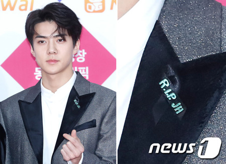 「EXO」・「Red Velvet」らSMエンタ所属歌手、胸元に黒いリボンと「R.I.P. JH」を付けて歌謡祭に登場