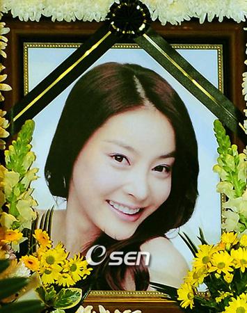 韓国法務部法務・検察改革委員会傘下の検察過去史委員会が故チャン・ジャヨン(享年29、女優)事件の再調査を検討中だ。