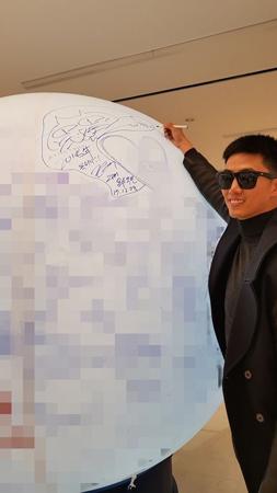 """韓国ボーイズグループ「2PM」メンバーのテギョンが、28日に休暇をもらった。それが分かったのは、あるネットユーザーの""""サイン目撃談""""だった。(提供:OSEN)"""