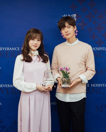 俳優アン・ジェヒョン、妻ク・ヘソンの会見で取材陣にバラの花をサプライズプレゼント(提供:news1)