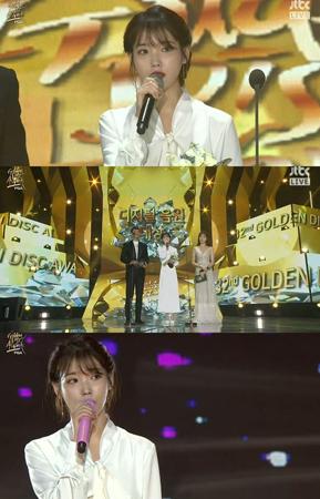 韓国歌手IU(アイユー)が、デビュー10年で初めてゴールデンディスク大賞を受賞した。しかしIUは喜びよりも故ジョンヒョン(SHINee)を哀悼し、意義深いコメントを残した。(提供:OSEN)