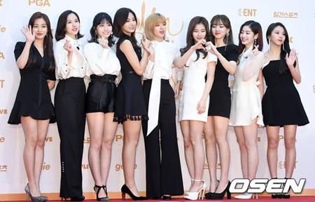 韓国ガールズグループ「TWICE」が、4か月連続でガールズグループブランド評判の1位を獲得した。(提供:OSEN)
