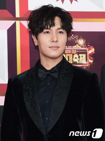 韓国ボーイズグループ「SHINHWA」メンバーのキム・ドンワン側が、追っかけファンに自宅への訪問を中止するよう訴えた。(提供:news1)