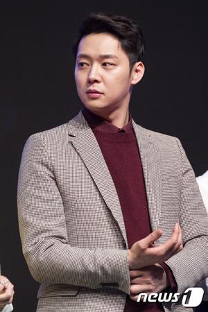 韓国歌手兼俳優パク・ユチョン(31、JYJ)の知人が7年前にユチョンの愛犬に顔を噛まれたことに対し、過失致傷容疑で警察に告訴した。