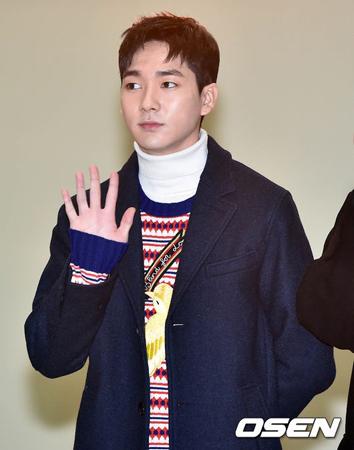 韓国アイドルグループ「NU'EST W」のアロン(Aron、24)がウイルス性の眼病により、最小限の活動のみ進行する。