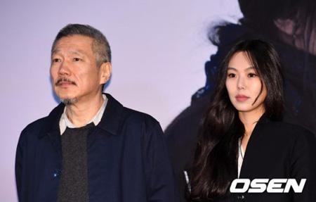 """韓国女優キム・ミニ(35)との""""不倫関係""""を認めた韓国映画界の巨匠=ホン・サンス監督(57)と離婚訴訟中の妻A氏が弁護人団を選任した。さらに2次弁論期日は来る3月に変更された。"""