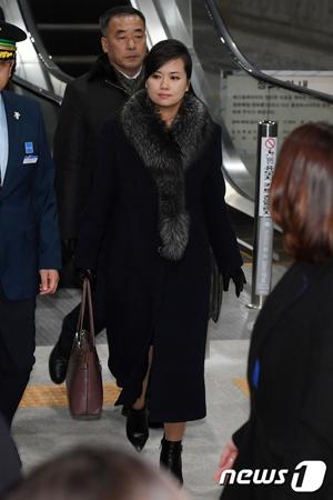 韓国を訪問した北朝鮮の玄松月(ヒョン・ソンウォル、1983年生)三池淵(サムジヨン)管弦楽団団長のファッションスタイルが話題だ。