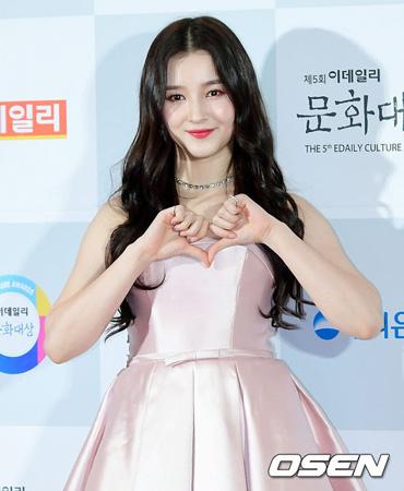 韓国ガールズグループ「MOMOLAND」のナンシー(17)が新曲の好調により、化粧品広告モデルの再契約を果たした。