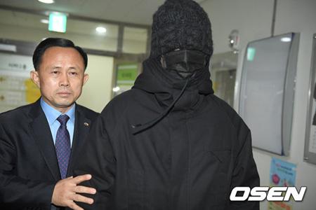 "「BIGBANG」T.O.P、龍山区庁に初出勤… 顔を隠し警護されて""完全防備"""