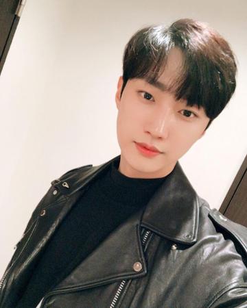 韓国ボーイズグループ「B1A4」メンバーのジニョンが、現在の状況を伝えてファンを安心させた。(提供:OSEN)