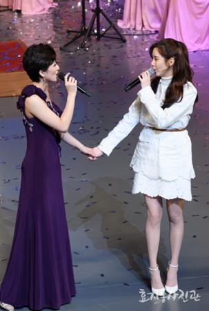 韓国ガールズグループ「少女時代」のソヒョンが、北朝鮮芸術団と共に感動のステージを披露し、話題を呼んだ。(提供:OSEN)